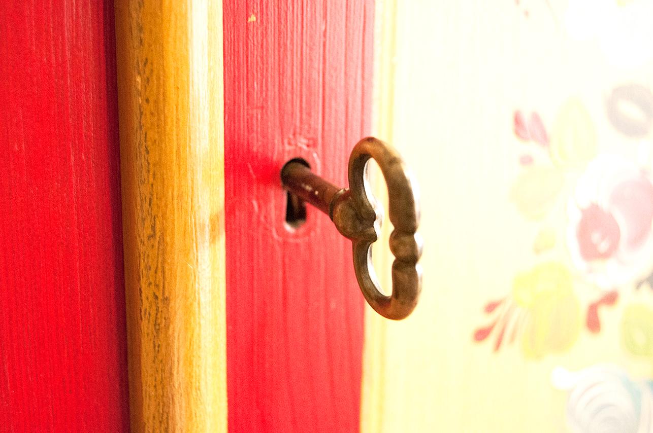 鍵付き赤い中古タンスの鍵を差し込む...