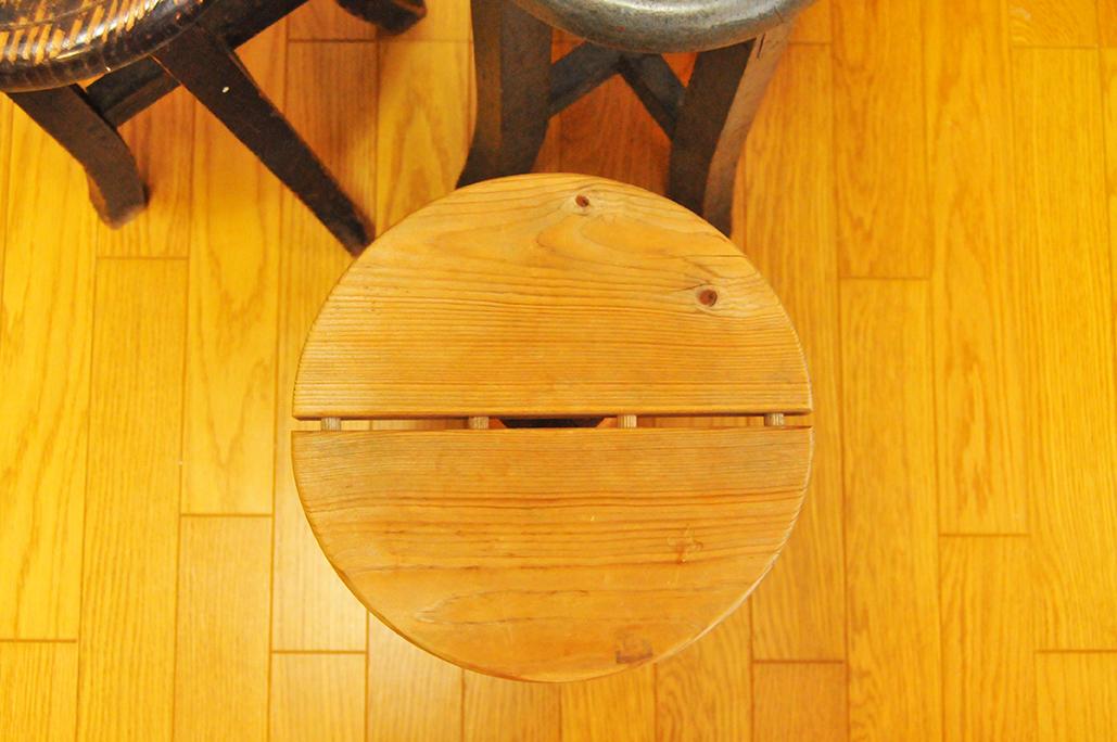 シンプルな300円丸椅子は木と木で組み合わせられてできている