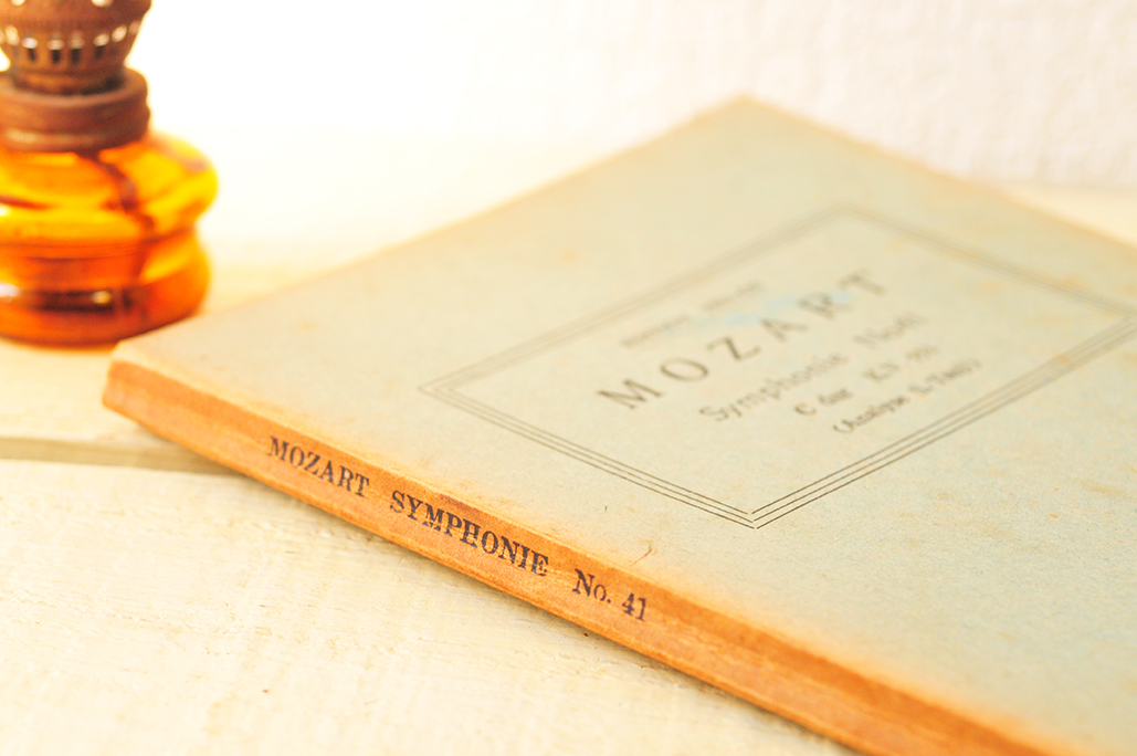 モーツァルトの古い冊子は表紙も趣のある古さ