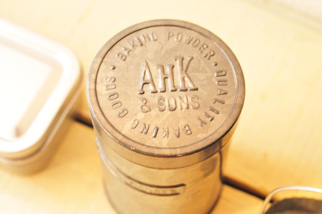 50円ブリキ缶のフタのエンボスで文字