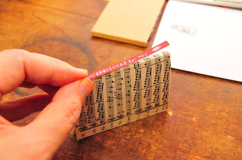 豆本の背にタイトルを入れた紙を貼る