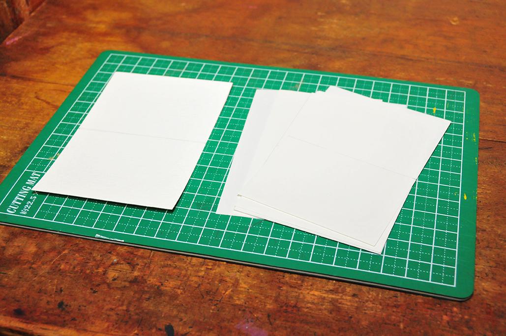 小さな本を作るために紙を数枚用意