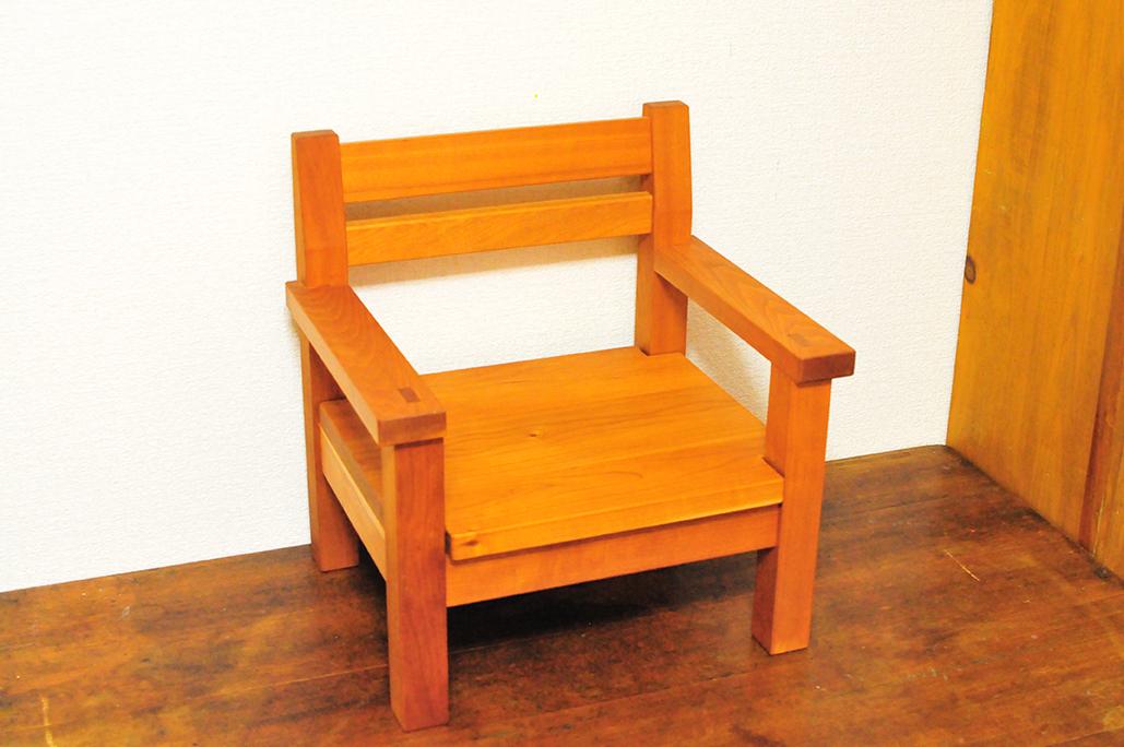 シンプルな造りの木工作家作品の子ども用椅子