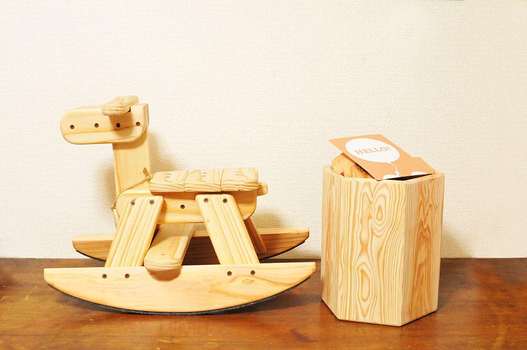 作家手作りの木馬と積み木