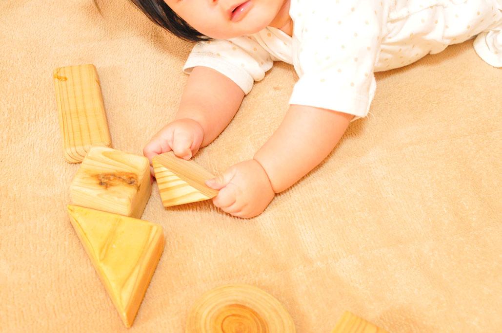 手作り積み木が気に入った赤ちゃん