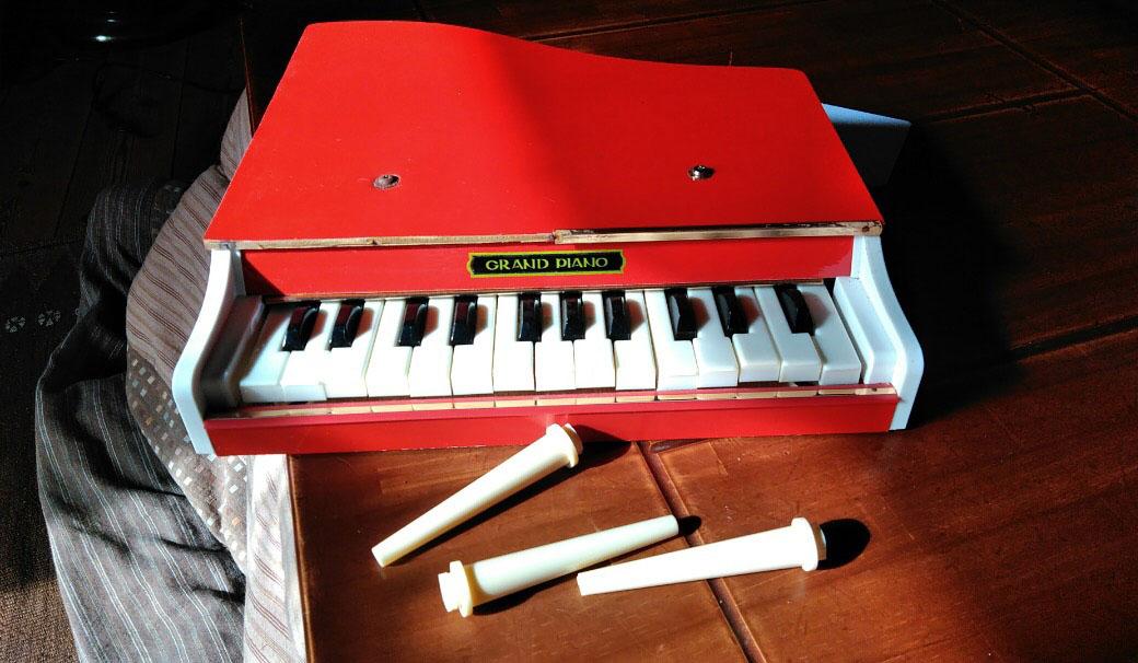 レトロで可愛い赤いミニピアノ