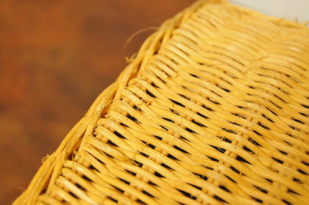 中古で安く買ったカゴのトランクバッグの表面は少し毛羽立ちがある