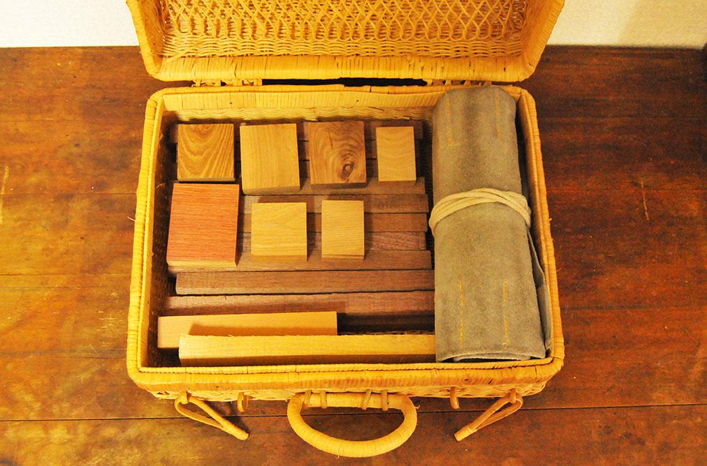 カゴのトランクバッグに木材とノミを収納