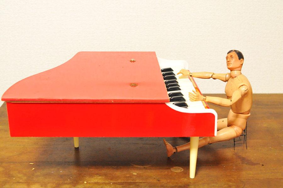 ミニグランドピアノを弾くGIジョーくん