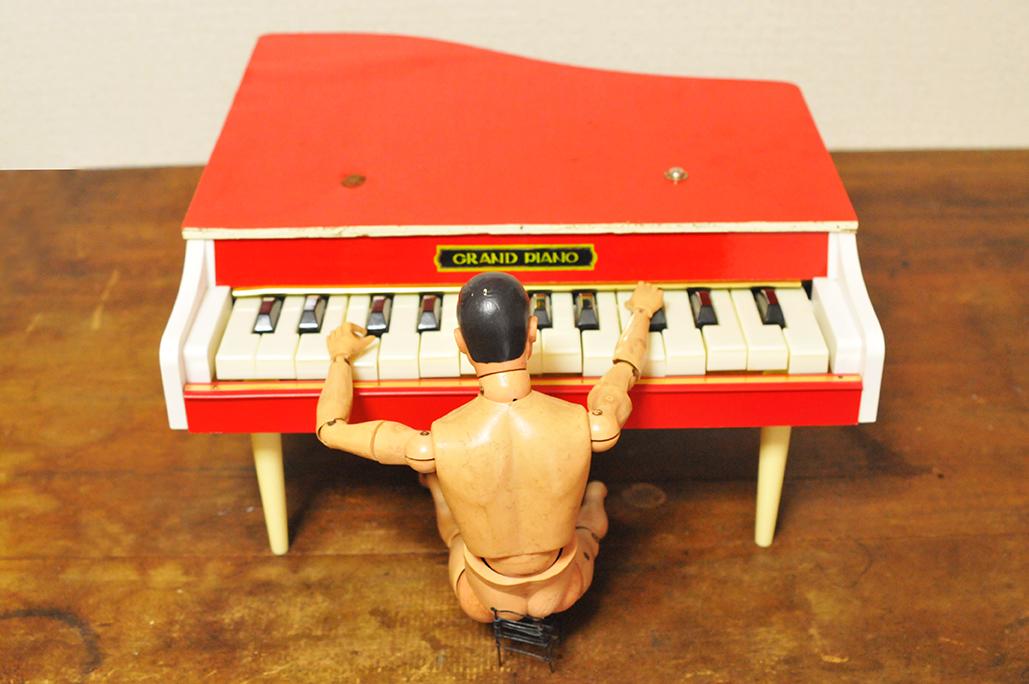 子供用レトロピアノを弾くGIジョー3