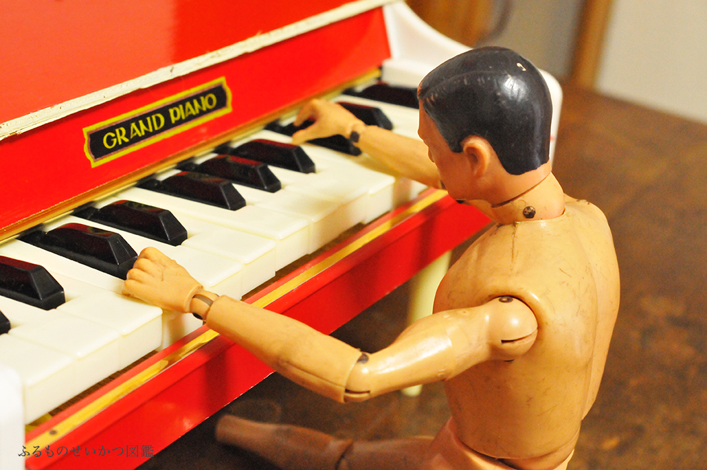 子供用レトロピアノを弾くGIジョー5