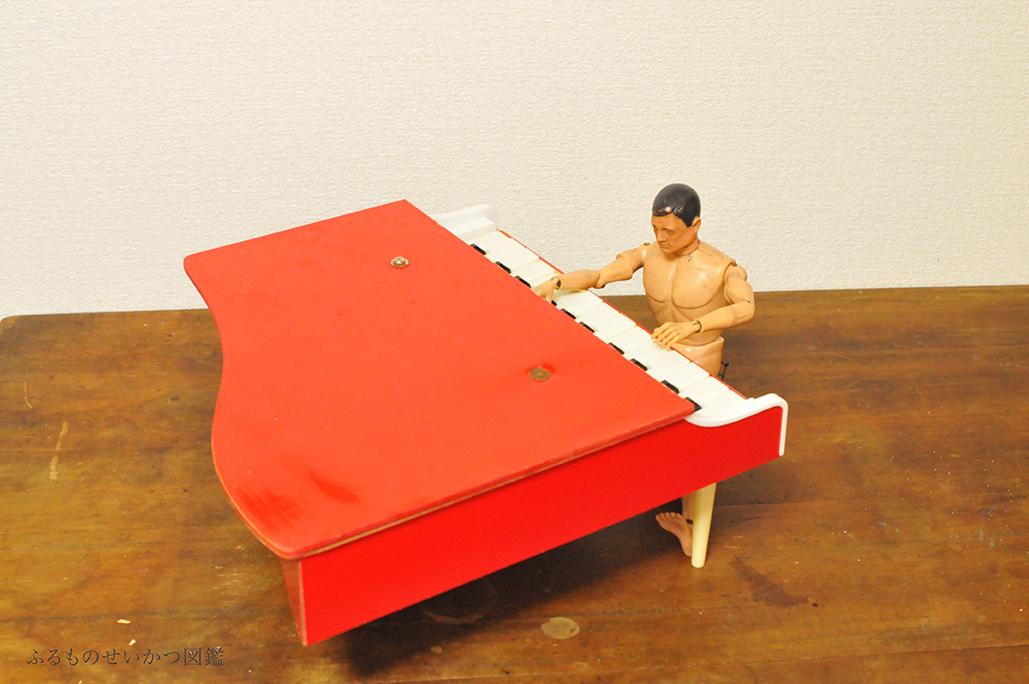 子供用レトロピアノを弾くGIジョー