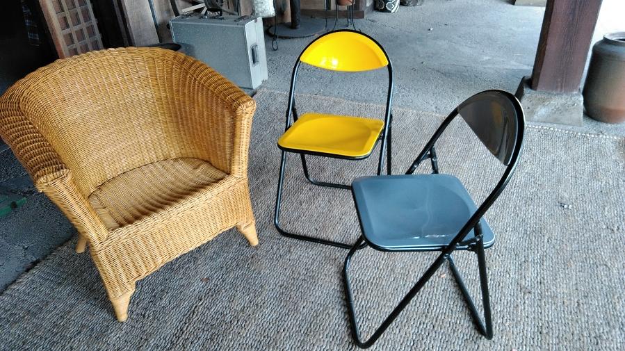 籐の椅子とカラーの色が素敵な折りたたみパイプ椅子