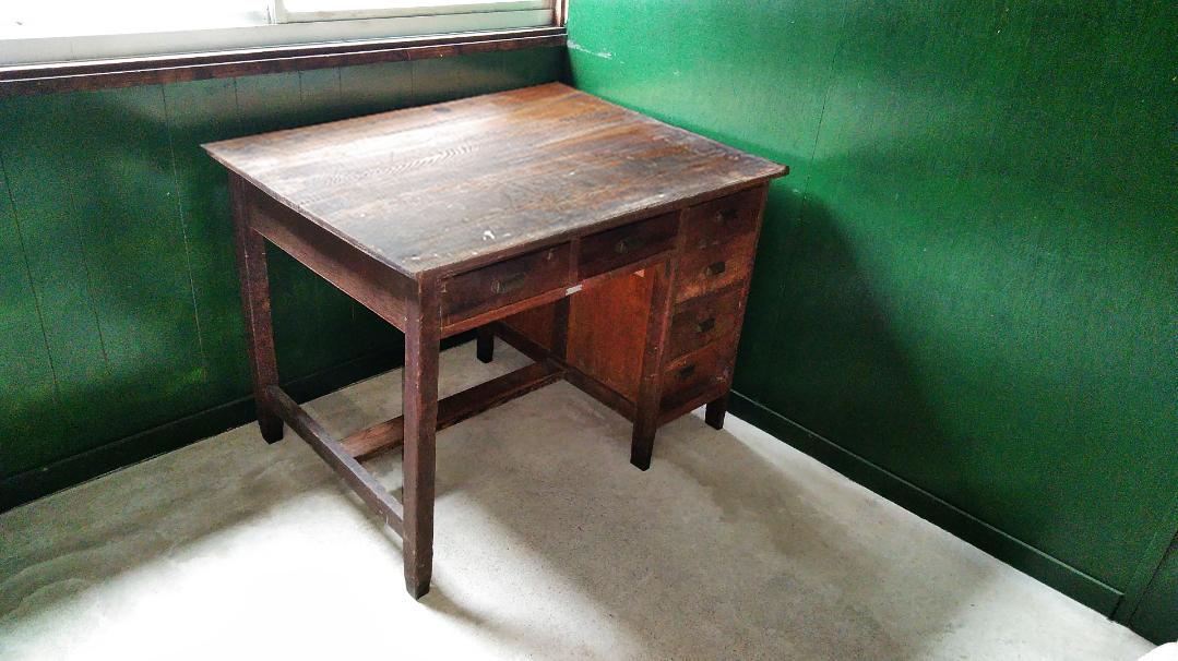 古くて味のある古道具の引き出し付き机