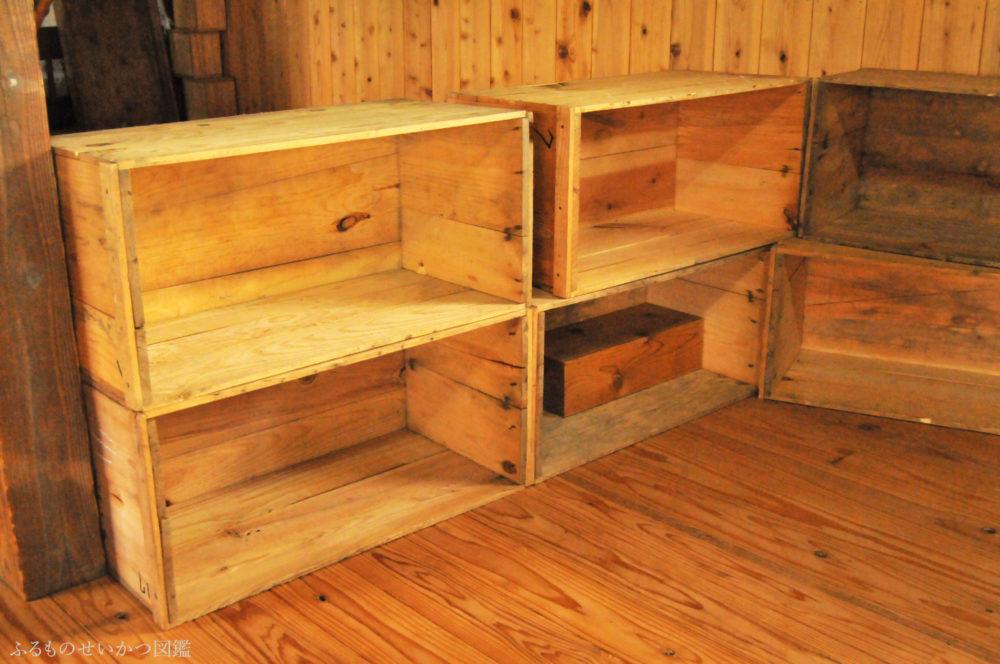 重ねるだけ!リンゴ箱で即席の収納棚を作る