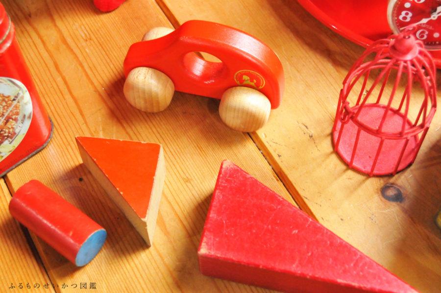 赤色の可愛い子供のおもちゃ