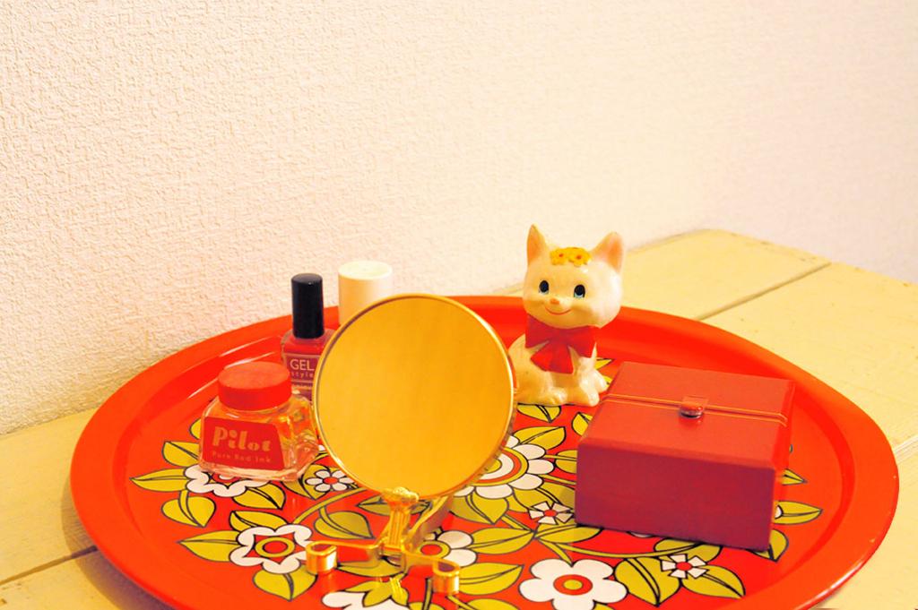 赤色でデコレイトするお盆と小物雑貨