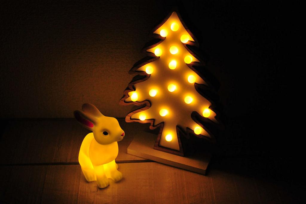 暗い場所で優しく照らしてくれる もみの木ライトとうさぎライト