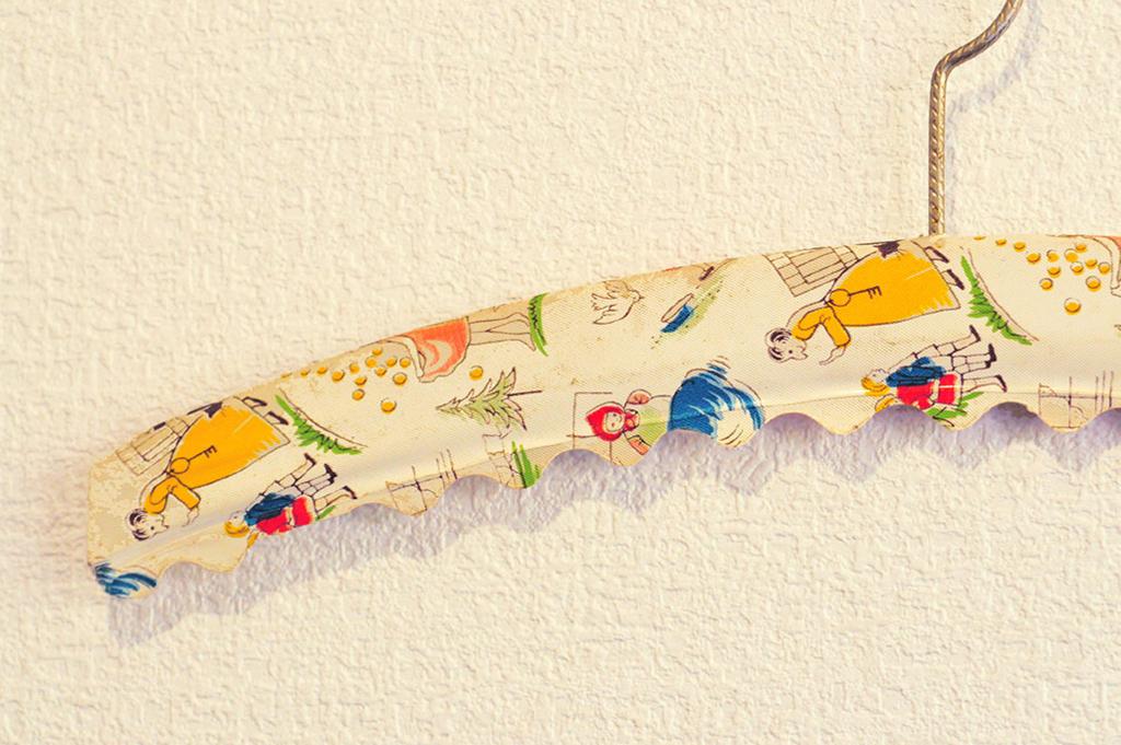 ドイツ製の子供用ビンテージハンガーのイラストが可愛らしい
