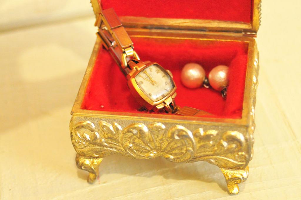 50年前のおしゃれな時計を宝石箱に入れて