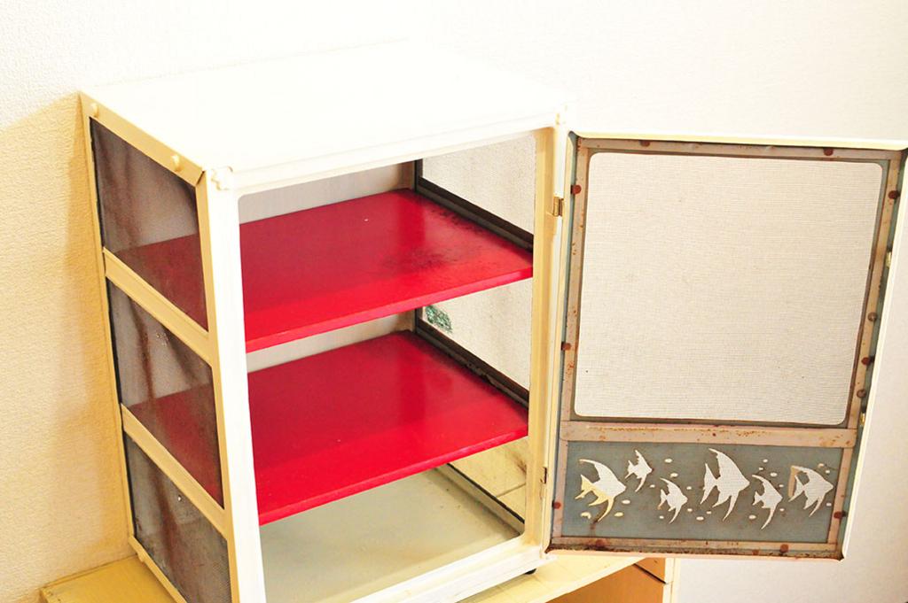3段式のレトロ棚