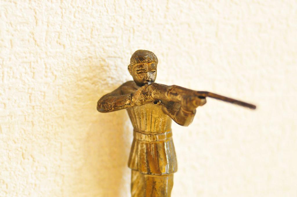 猟銃を持つ人形の顔が渋い