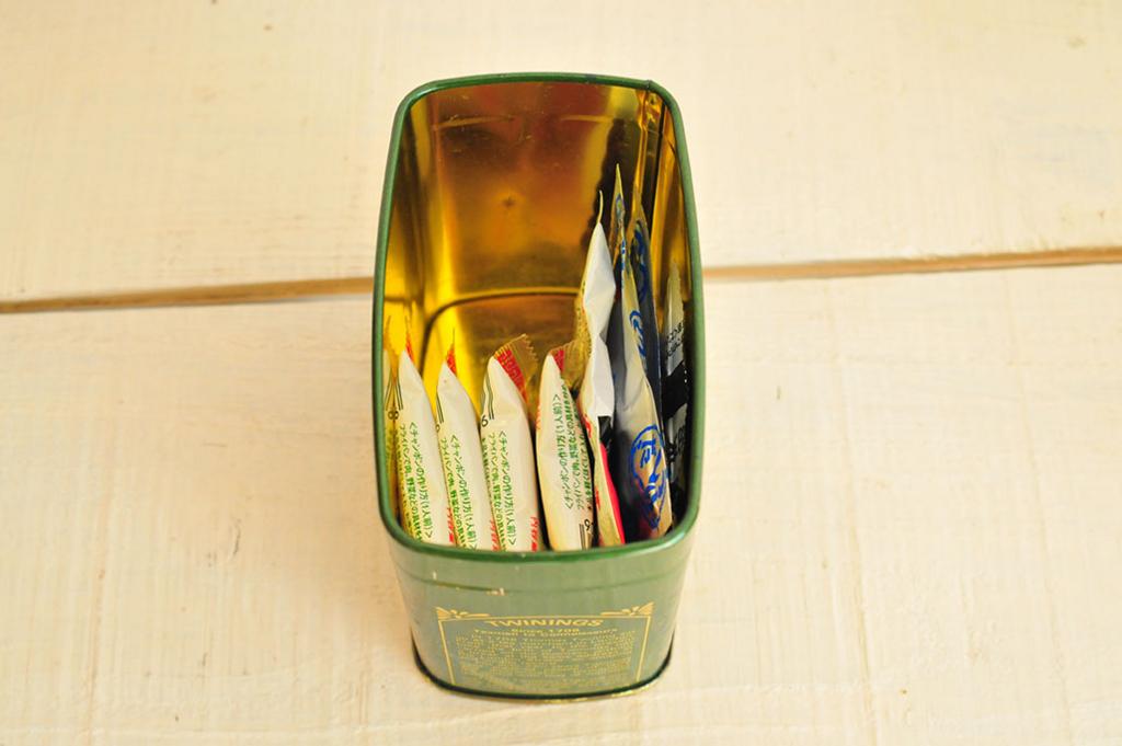 中にはダシや調味料を入れて使っている紅茶の空き缶