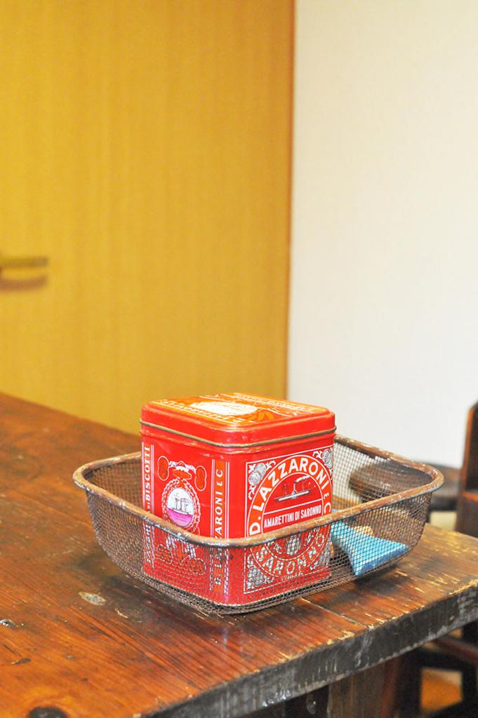 キッチンに置いている、台所用品を入れたレトロ缶。