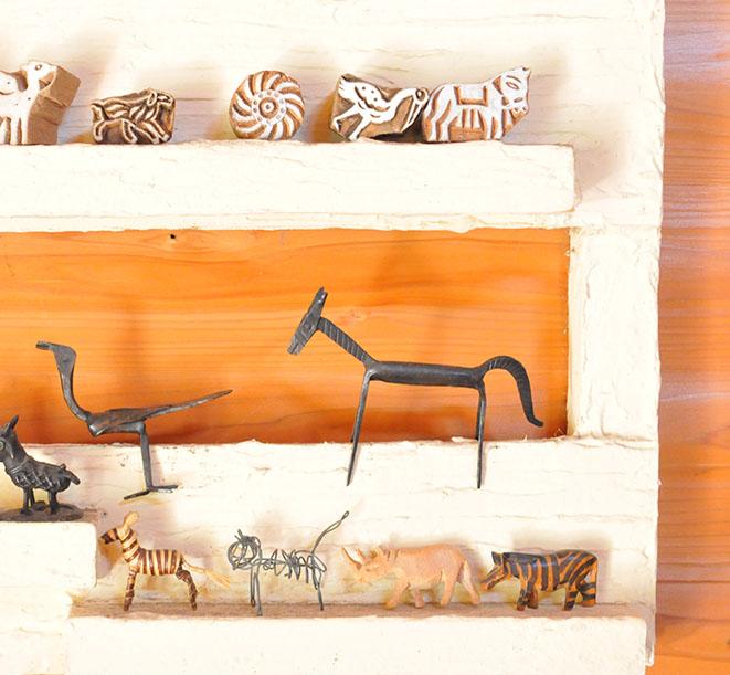 手作り棚にのった木とアイアン製の小さな動物の置物と手作り針金ねこ