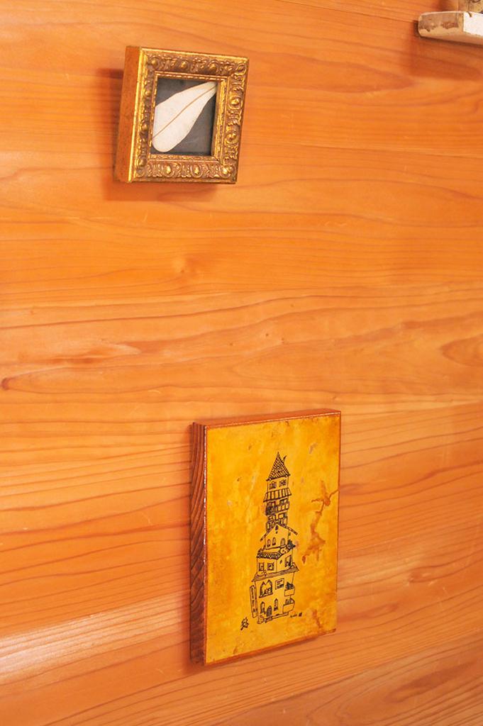リサイクルショップの小さい額と絵を描いて作った壁掛け
