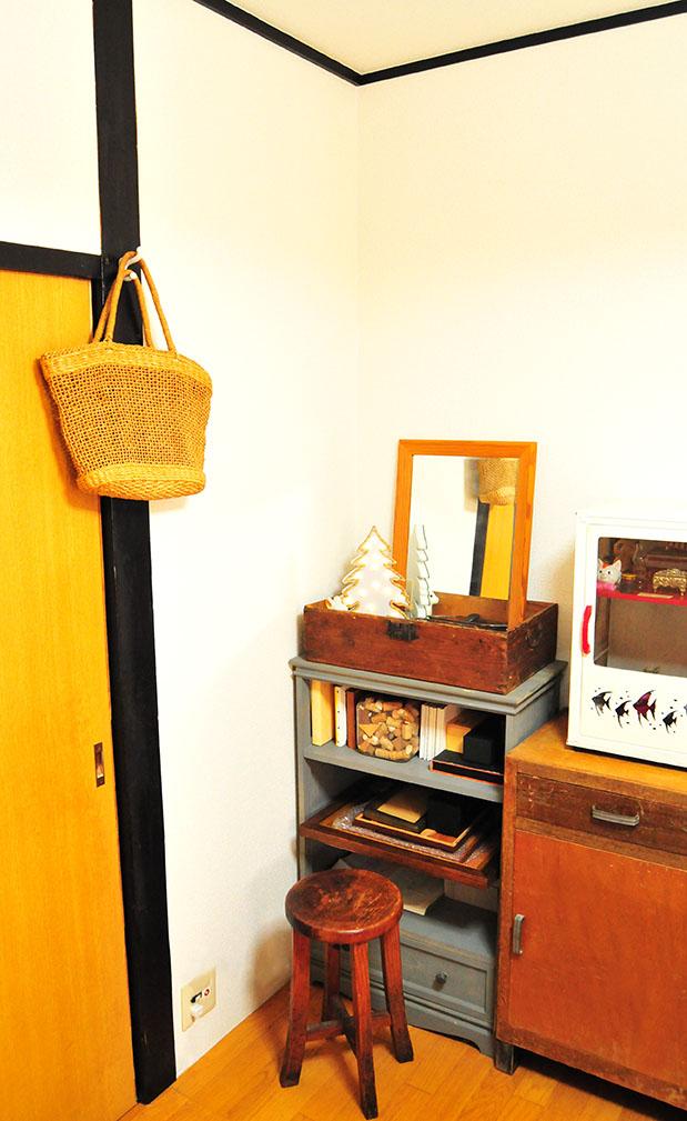 丸椅子を置くとドレッサーぽくなる箱と鏡で作ったスペース