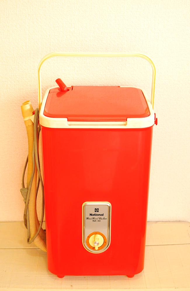 レトロで赤い昔の電気洗濯機