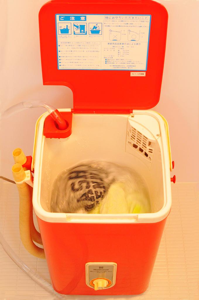 電源を入れて勢いよく回り出したレトロ洗濯機