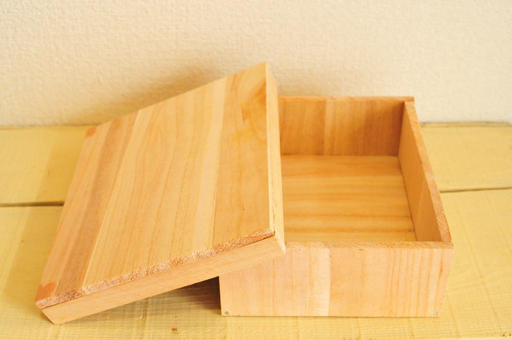 DIYで作ったフタを開けた素木の箱