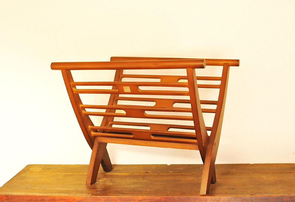 レトロなデザインの木製、茶色の昔のマガジンラック