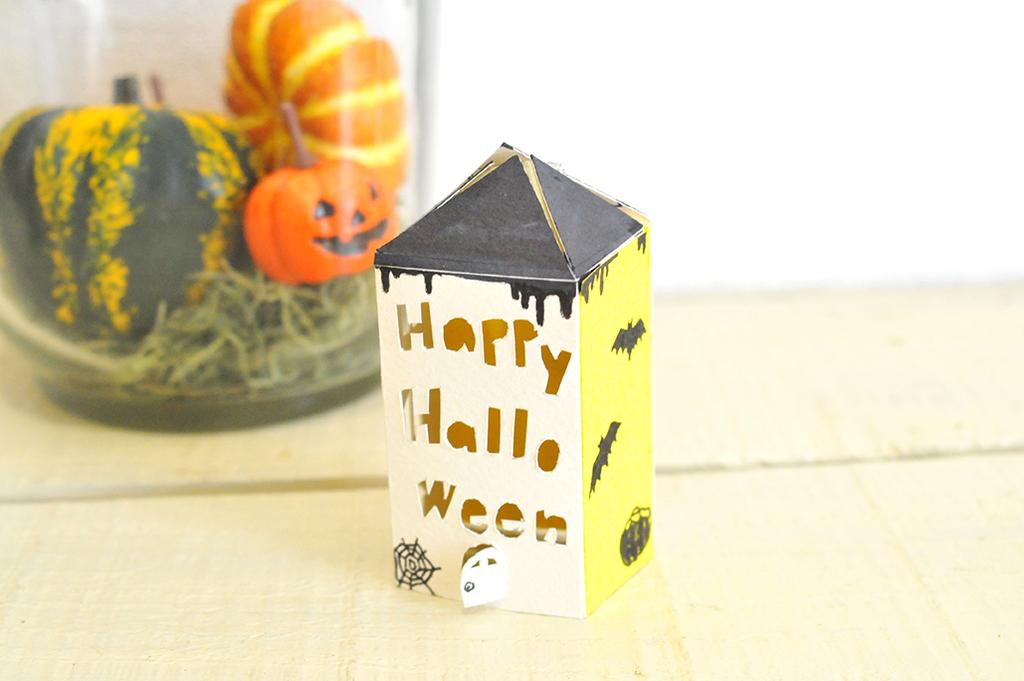 画用紙で作って絵を描いた黒とベージュと黄色の小さなお家