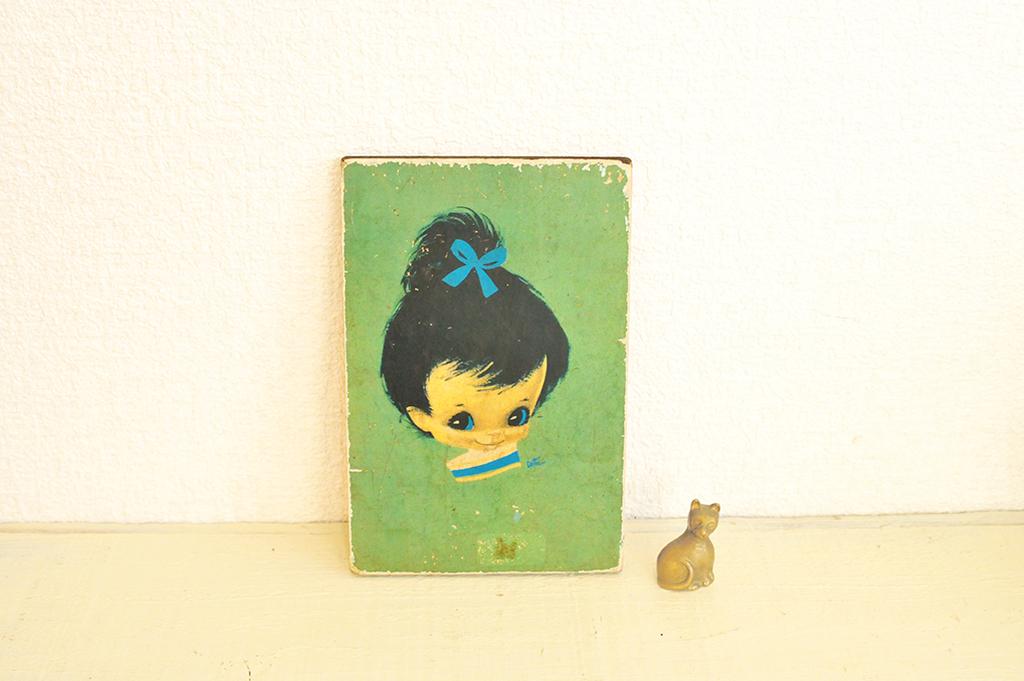 レトロな雰囲気の青と緑が素敵な女の子の木製イラスト