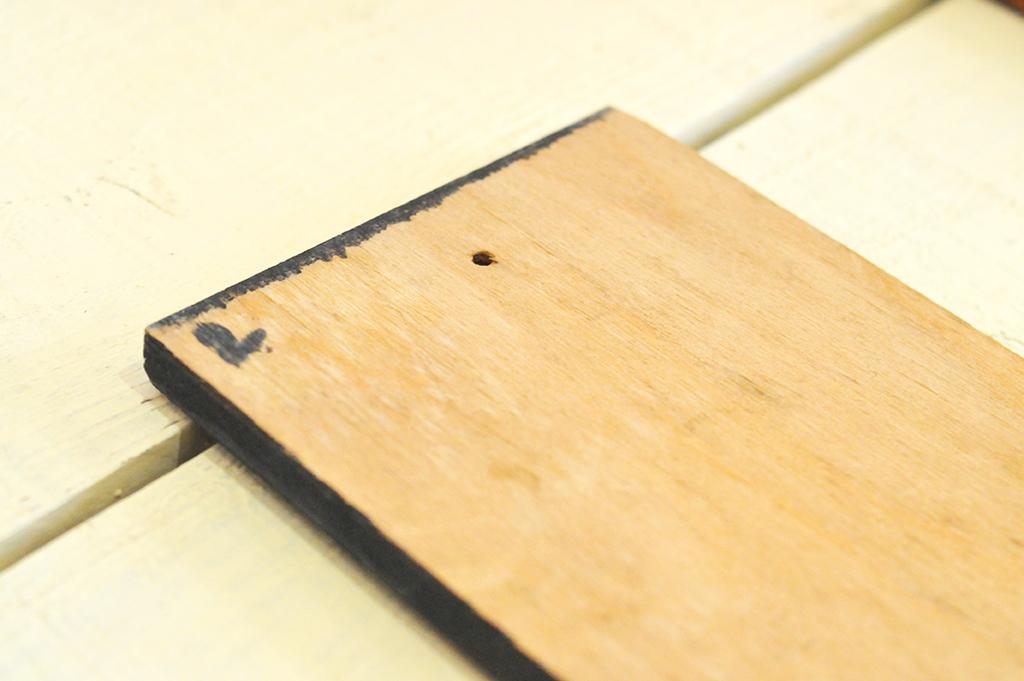 ボードの裏側は白木で小さな穴が空いている(インテリア雑貨)