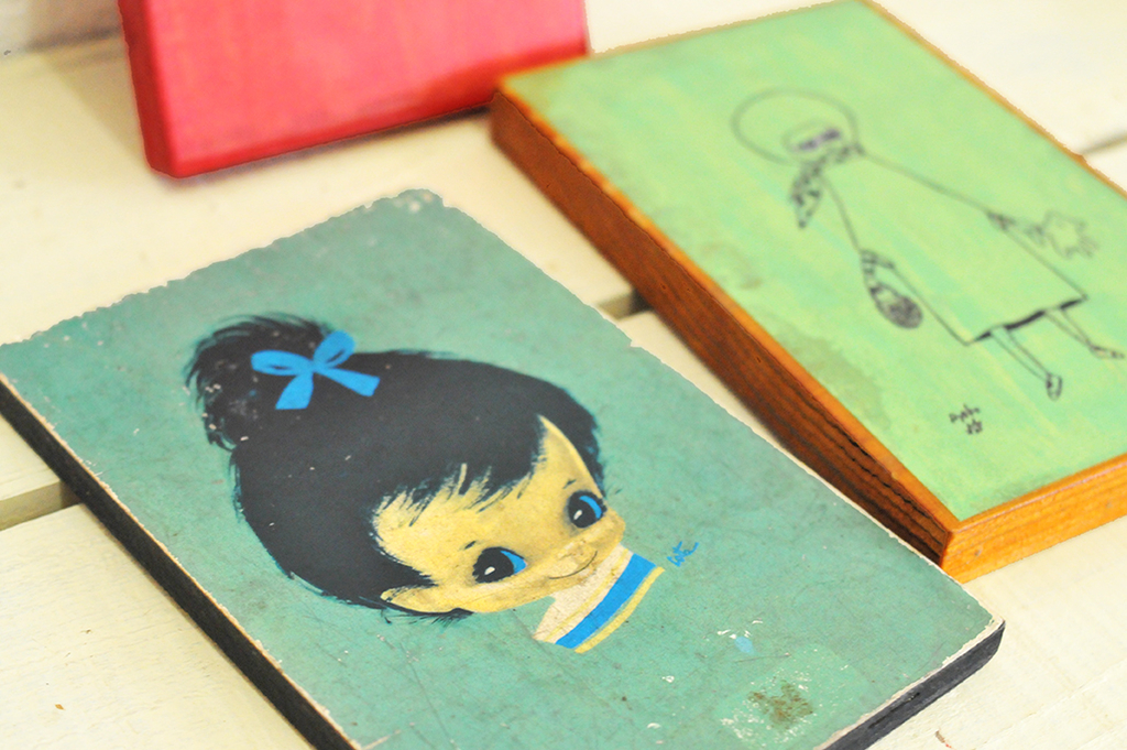 色とりどりの木製イラスト壁掛け(インテリア雑貨)