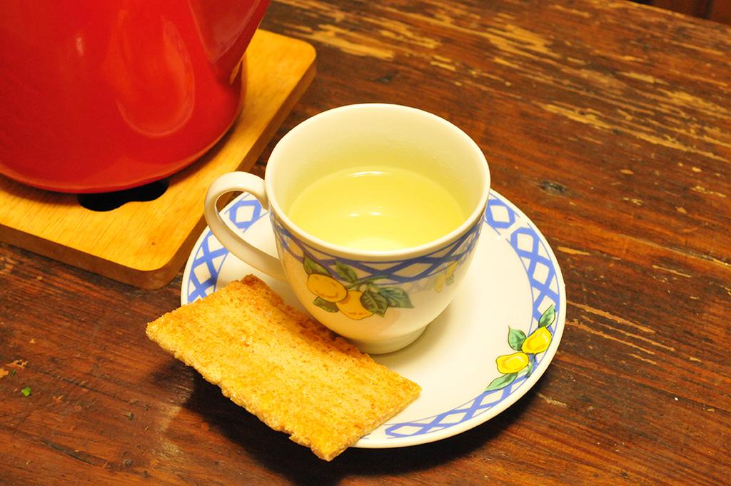 レモングラスハーブティーを入れたカップで冬ごもり