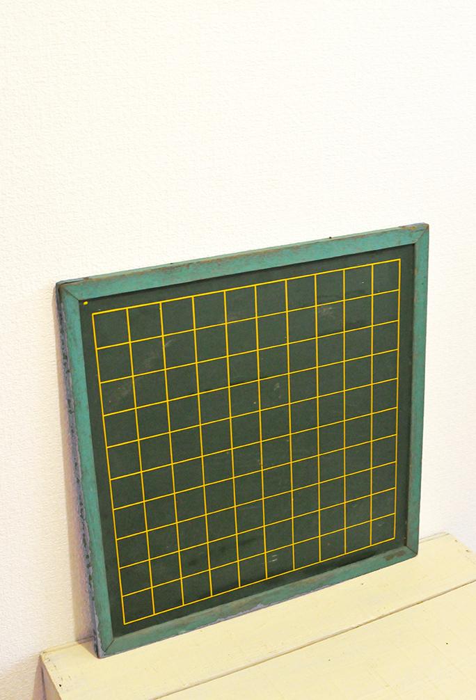真四角で黄色いマス目がちょっとめずらしい黒板