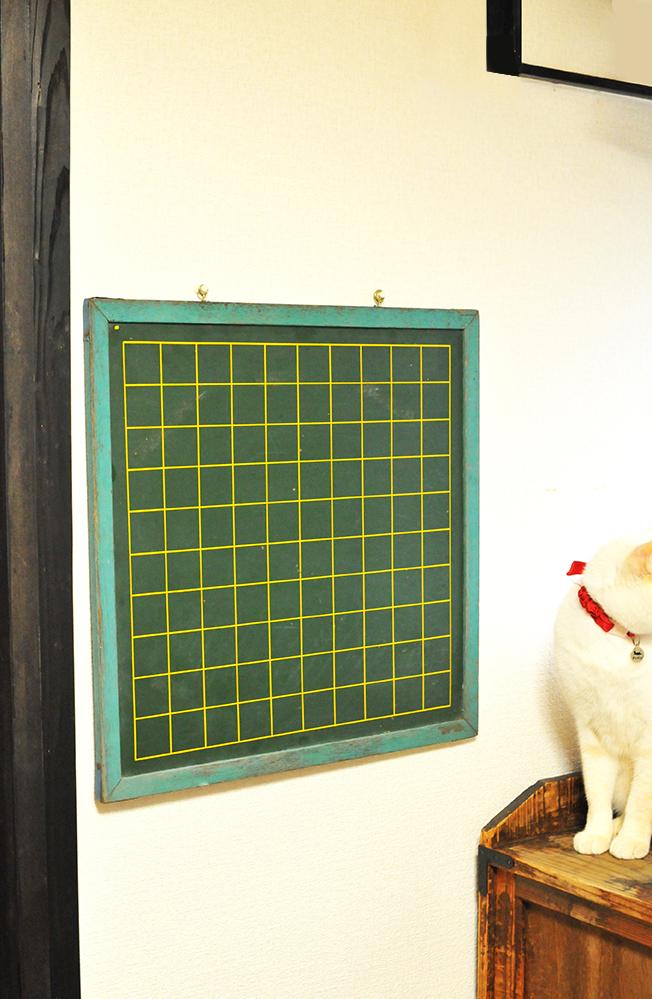 壁に掛けた緑の真四角 黒板