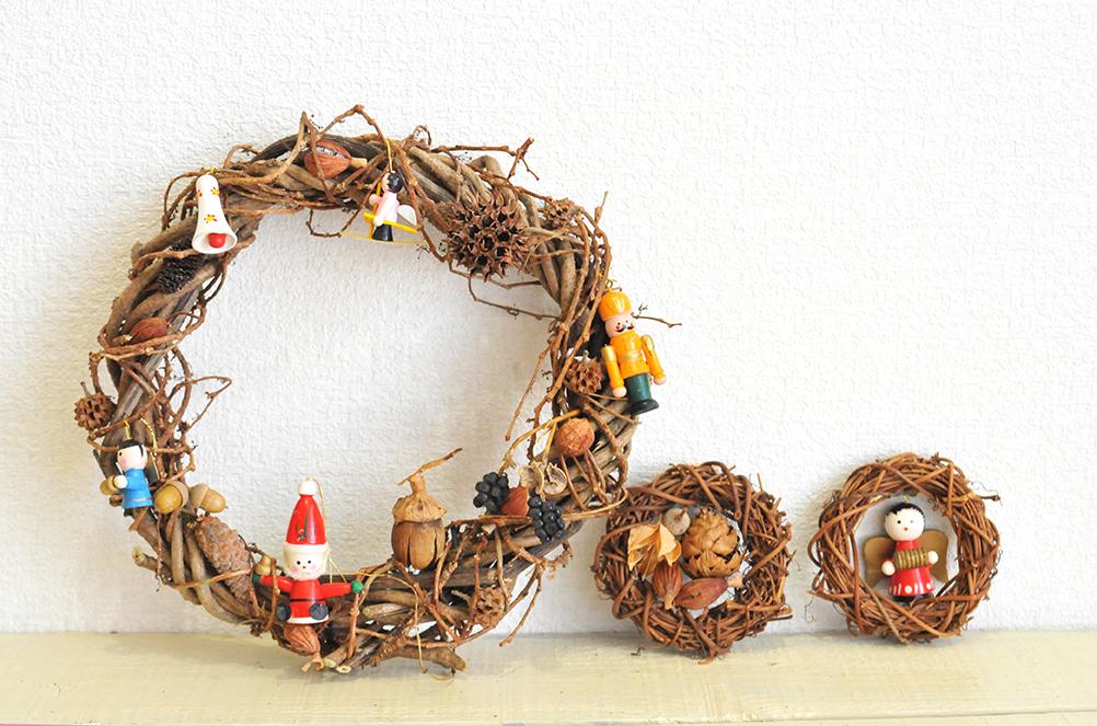 どれも素朴で可愛らしい大きめクリスマスリースと小さなリース2つ