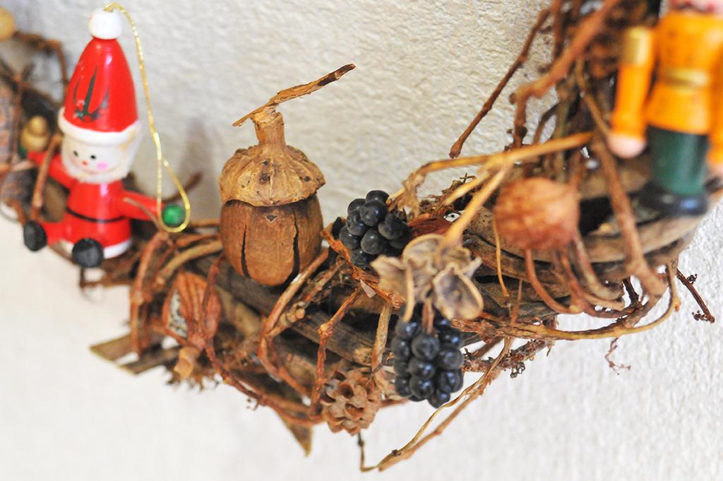 木の実とクリスマスオーナメントのアップ