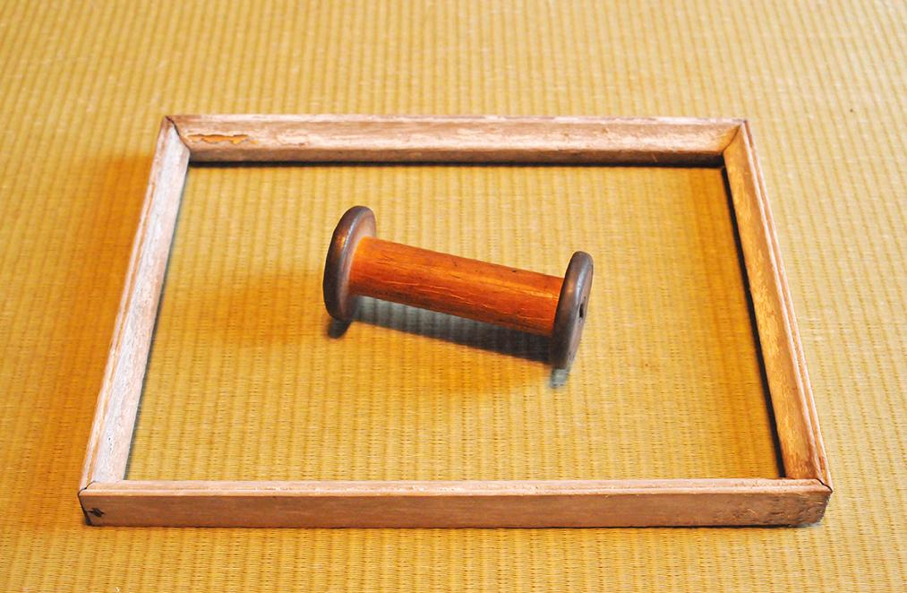 木製で古物の木枠と糸巻き