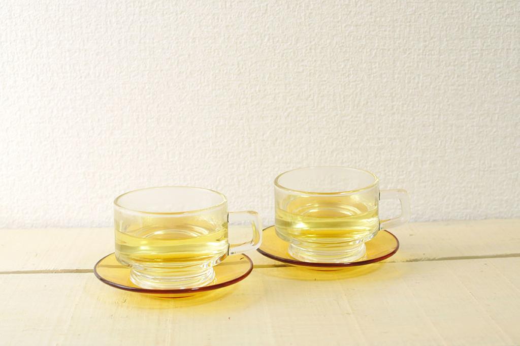 レモングラスの黄色が温かそうなティーカップ2つ