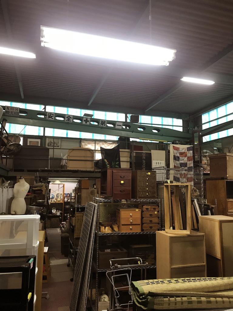 店内には古道具の商品がたくさん並んでいる