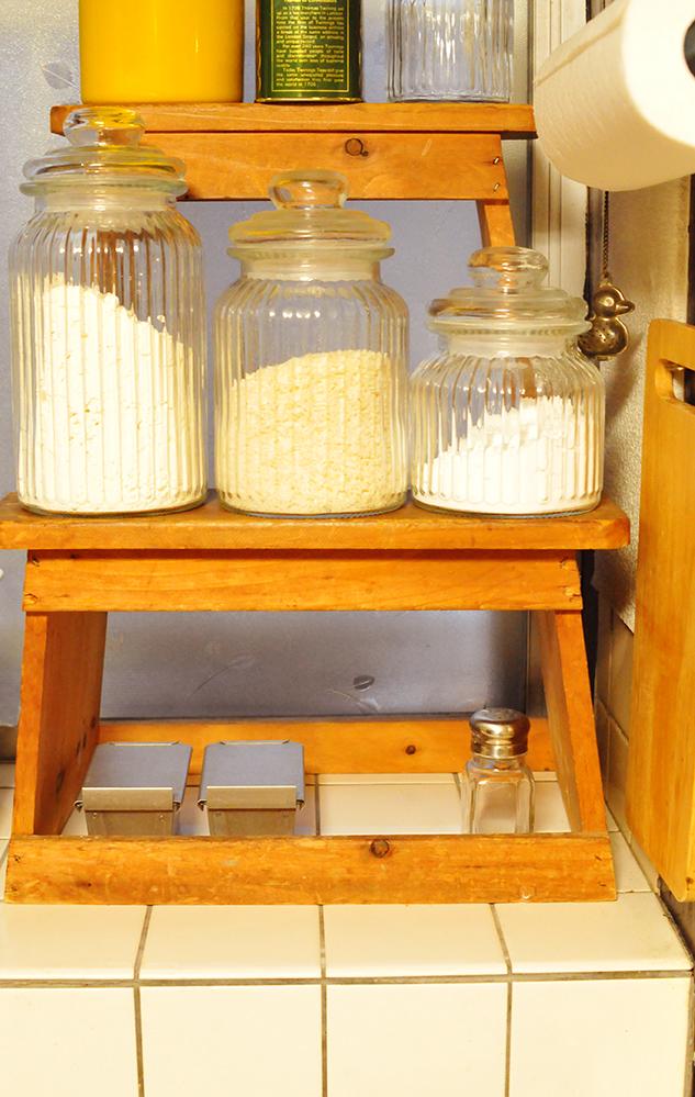 キッチンの調味料コーナーにならんだ小物入れに活用中のステンレスのパン型