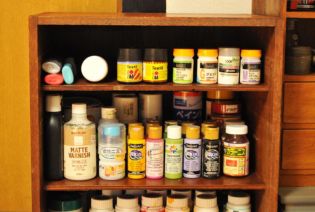 絵具やニスを収納している古道具のおしゃれ3段棚