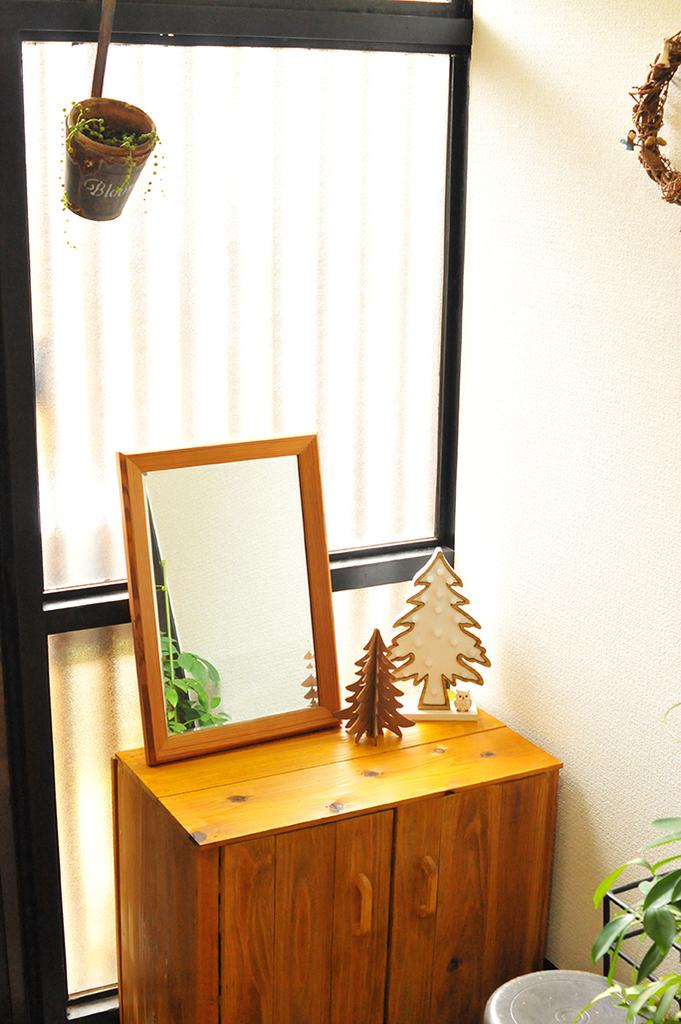 冬の自宅の玄関はもみの木を並べてシンプルに